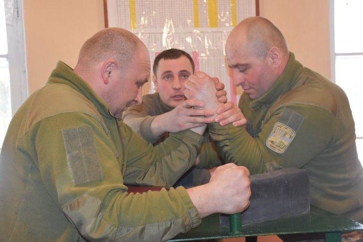 Волинські військові змагалися у рукоборстві