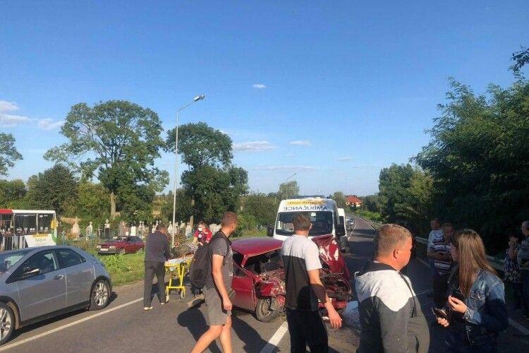 У селі біля Луцька автомобіль врізався у відбійник: є постраждалі