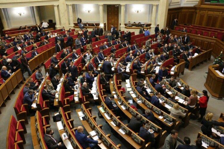 В Україні ввели покарання за незаконне носіння держнагород, військової форми і наругу над похованнями захисників