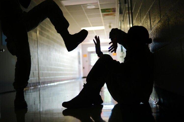 На матір школяра склали адмінпротокол через знущання над однокласником