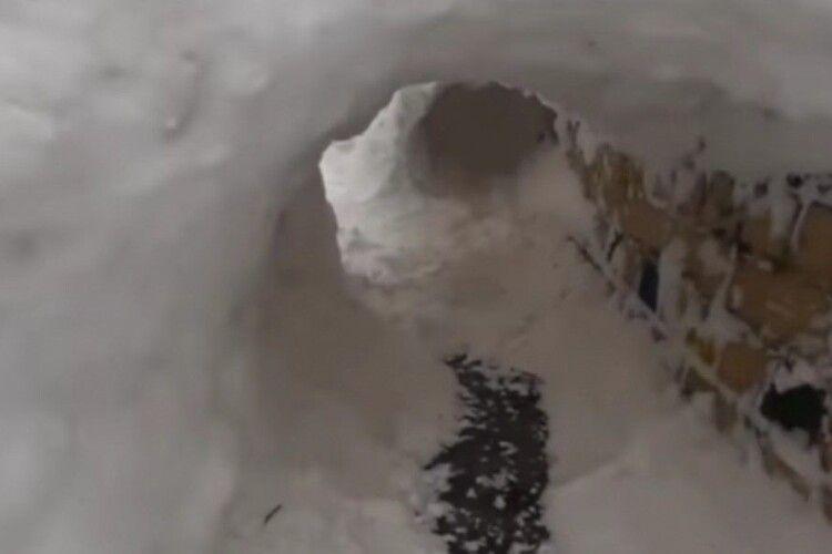 У Рівному діти побудували зі снігу грандіозний лабіринт (Відео)