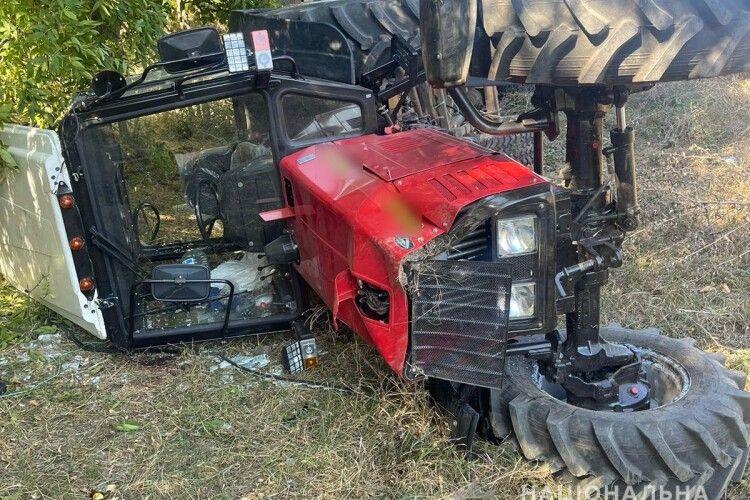 Трактор, у причепі якого сиділи п'ятеро дітей, перекинувся. Один хлопчик загинув