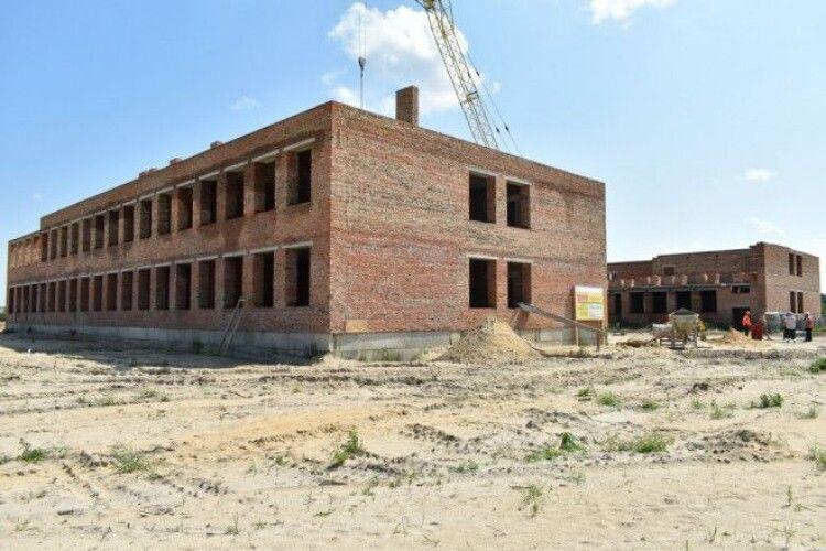 У волинському селі почерзі варять їсти будівельникам, «аби вже тільки школу швидше мати»