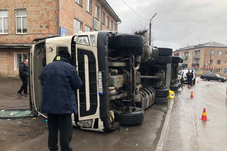 Посеред Горохова перекинулася величезна вантажівка (Оновлено)