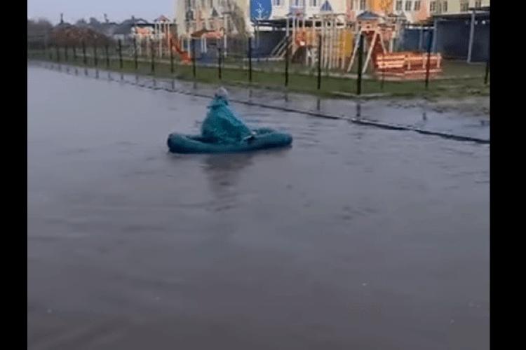 На Рівненщині підтопило вулиці: місцеві мешканці плавають на човнах (Відео)