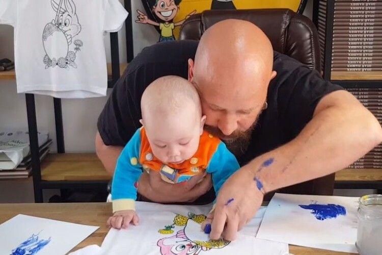 Розмальовка-писанка - це класно: відомий музикант із семимісячним сином закликає взяти в руки пензлі (Відео)