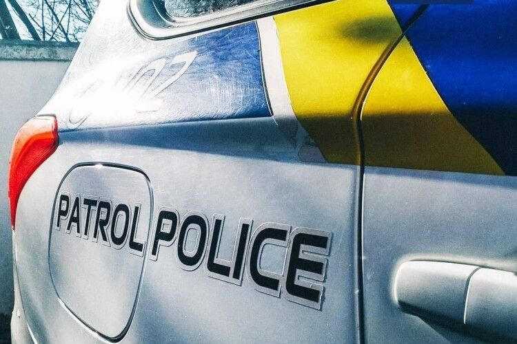 У Луцьку молодий водій з підробленими правами привернув увагу поліцейських, бо говорив по телефону