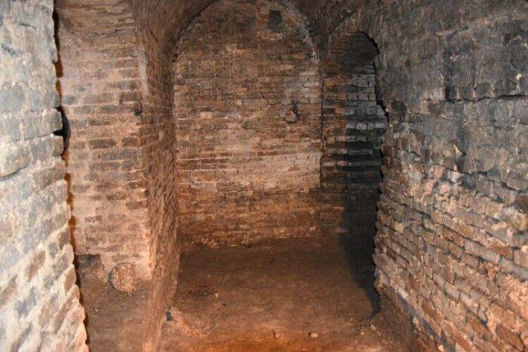 У Луцьку знову розкопали раніше невідомі підземелля (Фото)