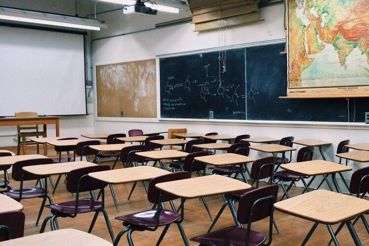 Вчитель зайнявся сексом з 8-класницею у гімназії: його судили