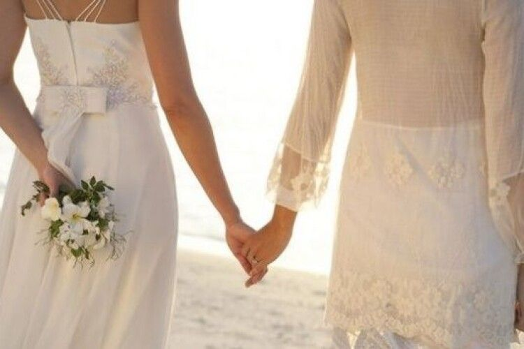 У центрі міста «одружилися» дві дівчини (Відео)