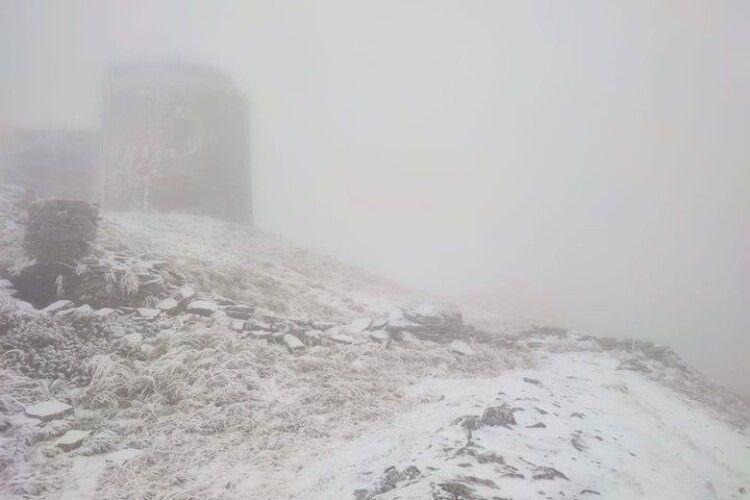 У Карпатах випав сніг