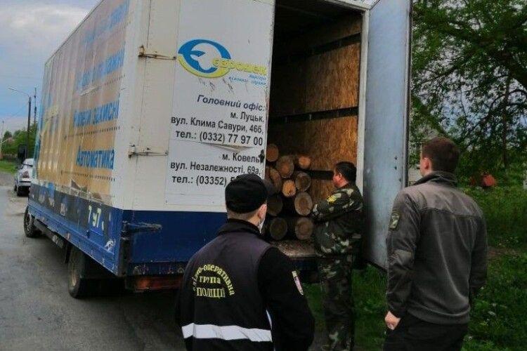 Лісівники спільно з поліцією затримали автомобіль з деревиною невідомого походження