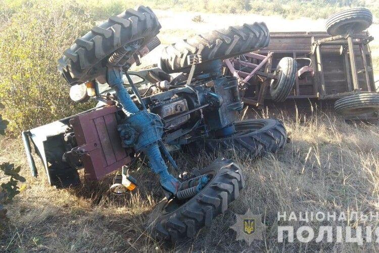 Загинув у власному тракторі: 36-річний чоловік поїхав за дровами і перекинувся (Фото)