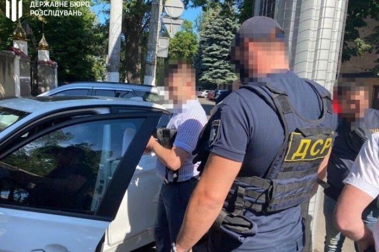 Військового прокурора спіймали на системних хабарях