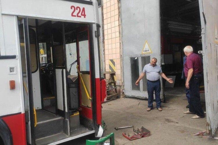 Водійку тролейбуса, яка п'яна у Луцьку в'їхала у паркан, звільнять
