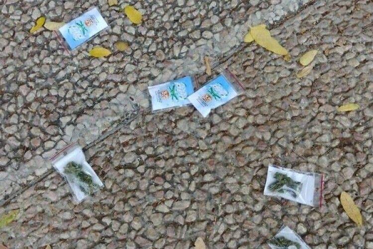 Наркоторговці додумалися розкидати пакетики з канабісом за допомогою безпілотників