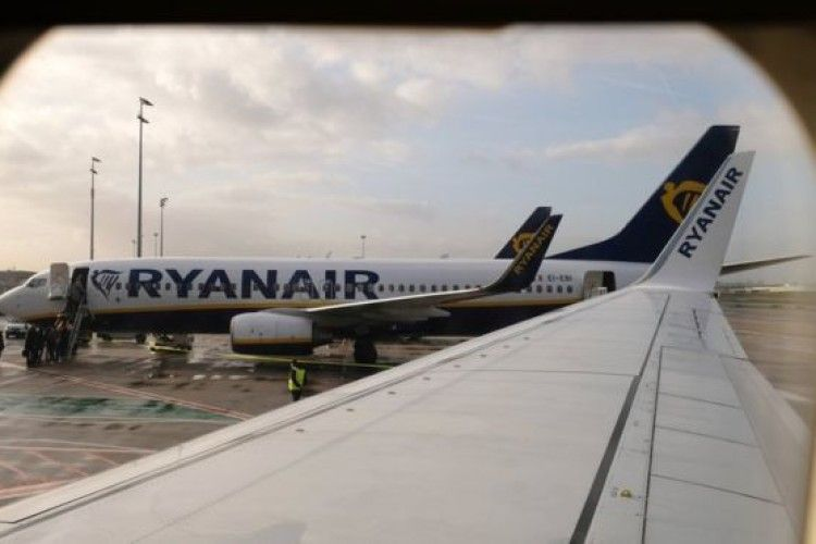 Пасажир Ryanair вирішив вийти з літака через крило