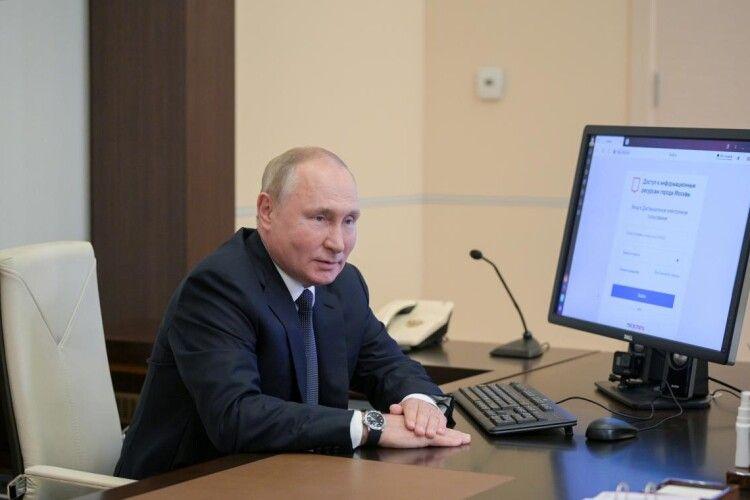 Путін проголосував на виборах онлайн, але на його годиннику була інша дата (Фото, відео)