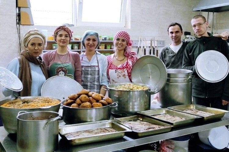 У Луцьку волонтери готують вегетаріанські обіди безхатькам і малозабезпеченим: лучан кличуть долучитись
