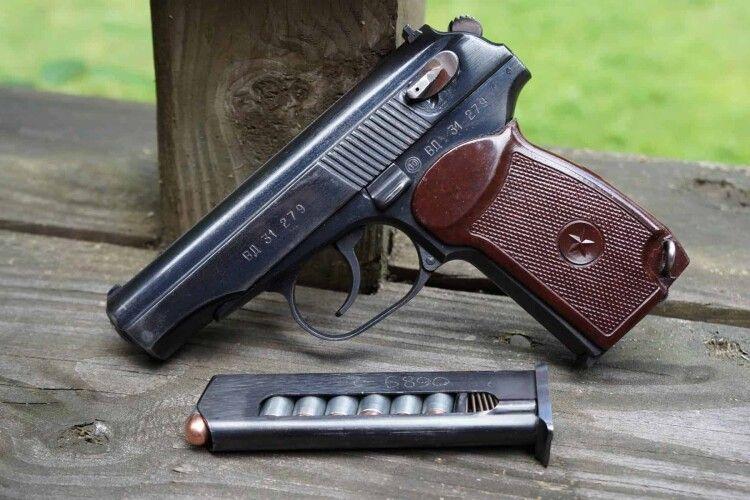 Поліцейський, який охороняв бюлетені на Закарпатті, вистрілив сам у себе з табельної зброї