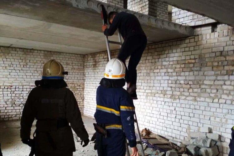 13-річний хлопець видерся на 11 поверх недобудови без сходів: знімати його звідтіля довелося рятувальникам