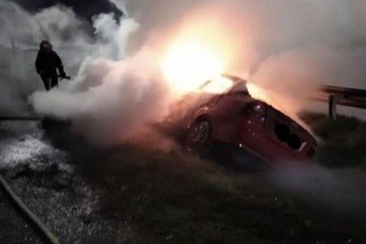 На Рівненщині під час руху загорілось авто: машина знищена, водій у лікарні (Фото)