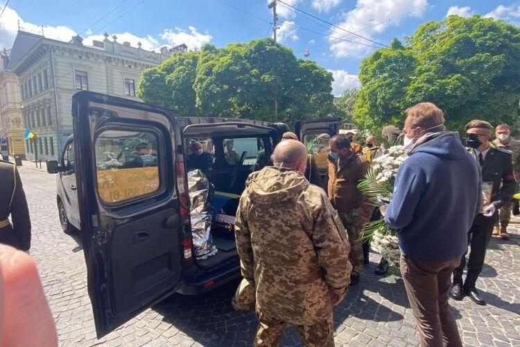 Як українці під час карантину прощалися зі загиблим Героєм (Фото)