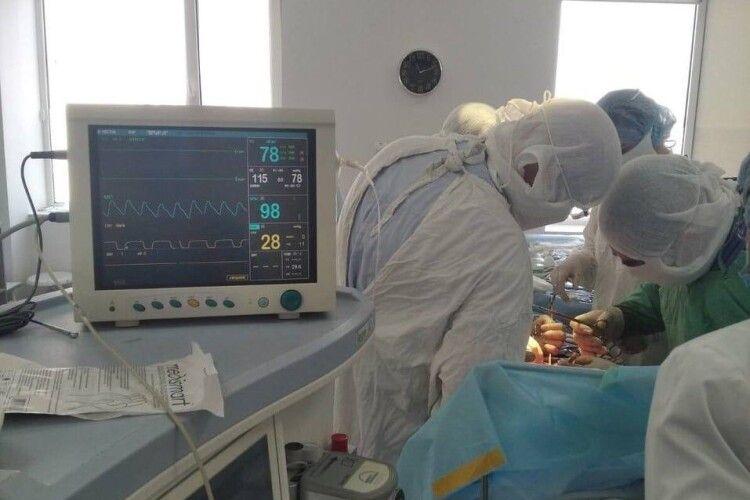 У лікарні на Волині жінці вирізали гігантську кістому, куди вмістилося б 16 літрів (Фото 18+)