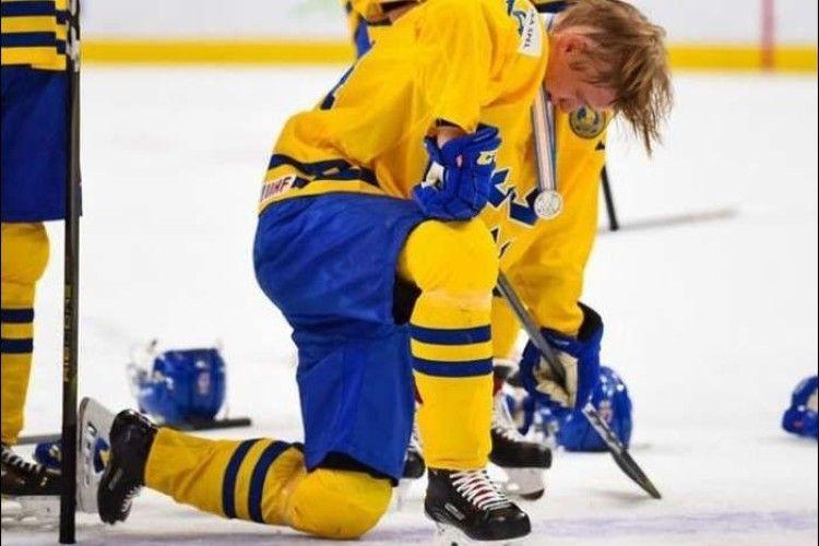 Хокейний вболівальник присвоїв собі медаль, яку гравець викинув на трибуни
