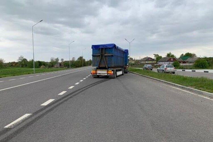 На волинській трасі вантажівка на смерть збила чоловіка
