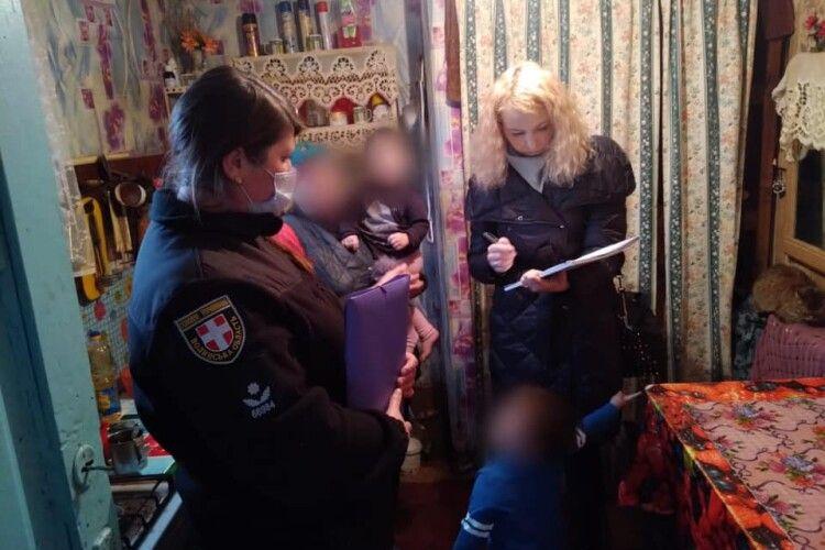 Правоохоронці повернули додому матір, яка покинула напризволяще двох діток (Фото)