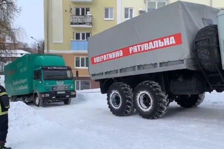 Вантажівку з обладнанням відомого рок-гурту зі снігового замету у Рівному витягували рятувальники (Відео)