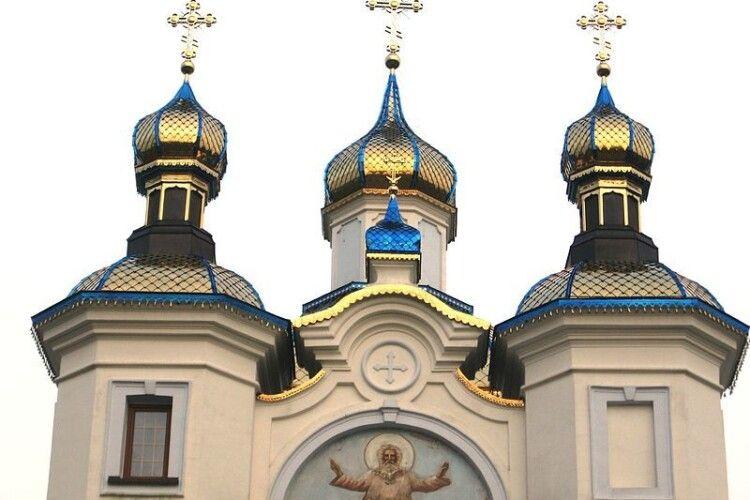 Волинянка обурена діями священника, який посягнув на прапор України у Піддубцях