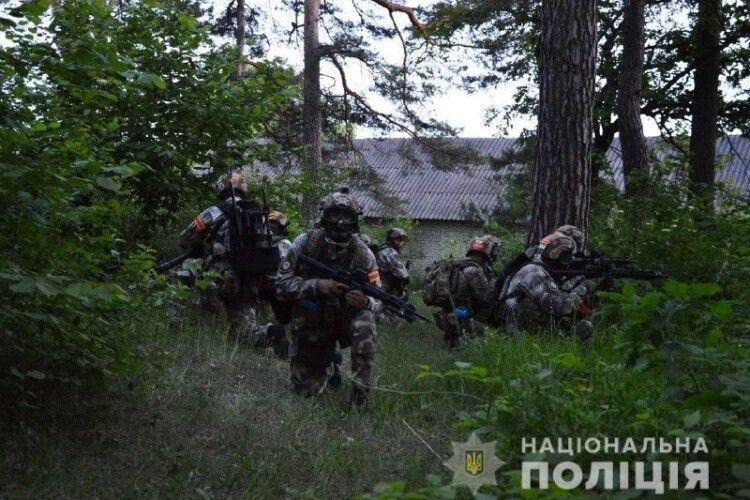 На Волині дві сотні поліцейських оточили закинуту спортивно-оздоровчу базу