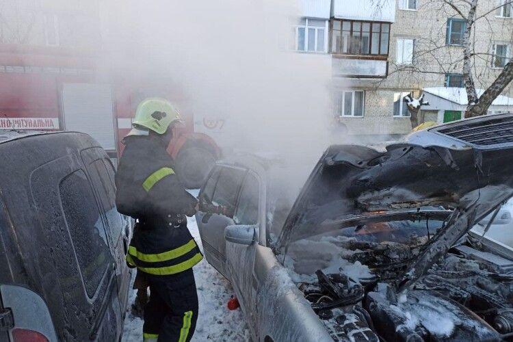 У місті на Волині рятувальники загасили пожежу в автомобілі (Фото, Відео)