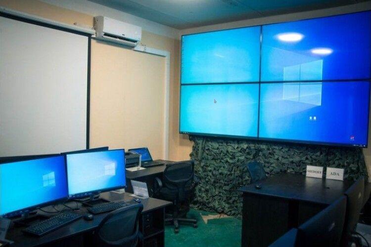 Показали, як виглядає центр відеорозвідки, який придбали волонтери (Фото)
