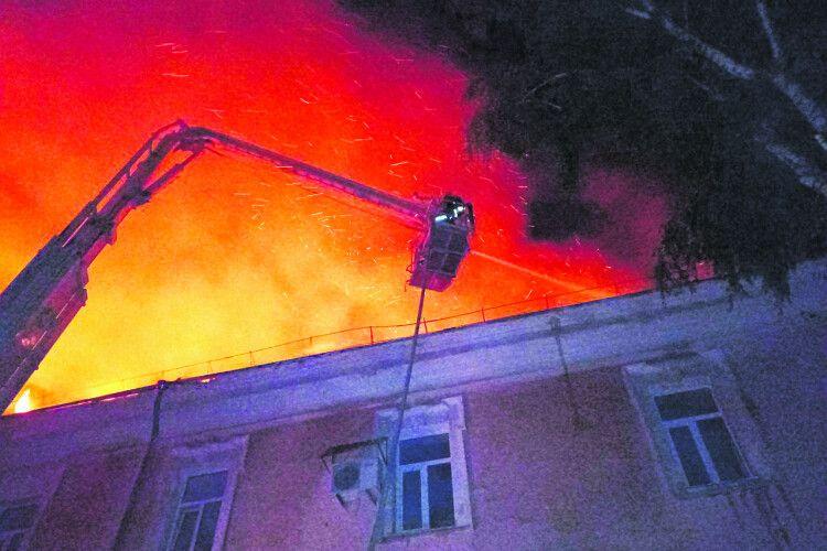 Ізпалаючої будівлі хворих виносили медики і… таксисти