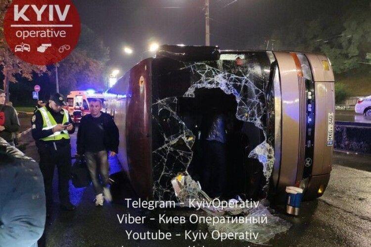 Ще «повезло», що пройшов в лічених сантиметрах від бензовоза: у Києві перекинувся автобус, постраждало багато людей