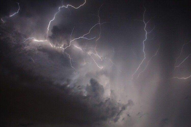 Сьогодні частину України накриють грози: оголошено штормове попередження