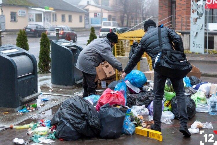 Чому мешканці нового житлового комплексу в Луцьку не користуються сучасними підземними контейнерами для сміття (Фото)