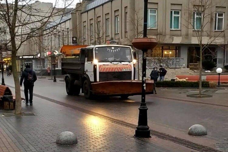 16 одиниць техніки та понад 60 працівників: у Луцьку борються з ожеледицею (Фото)