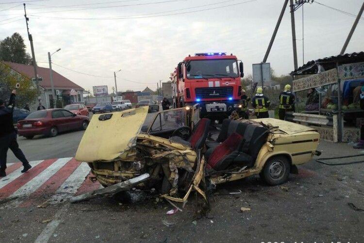Внаслідок ДТП автівка стала металобрухтом, водія затисло в машині: опублікували відео