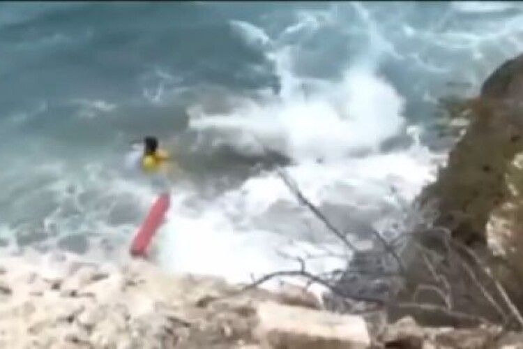Поряд перебував її хлопець: відео та подробиці порятунку українки в Іспанії, яка вдарилася об скелі і впала в море
