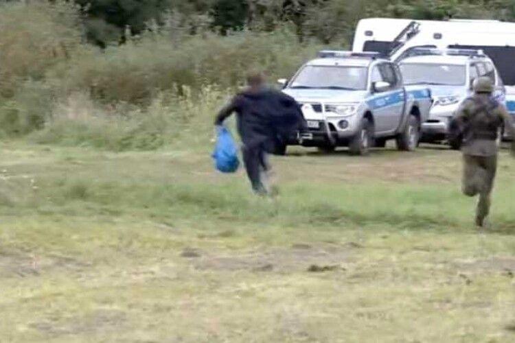 Падав і біг далі: депутат із пакетом намагався прорвати кордон (Відео)