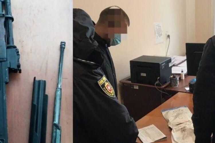 На Рівненщині затримали чоловіка, який продавав пістолет і автомат