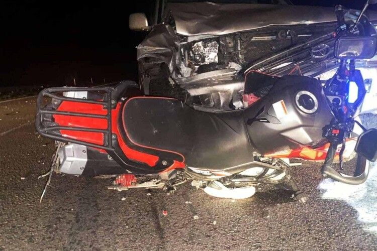 19-річний мотоцикліст без шолома на «Хонді» на повному ходу врізався у «Тойоту»… (Фото)