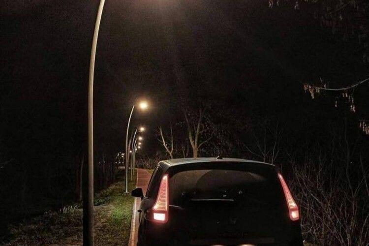 У центральному парку Луцька авто роз'їжджало алеями, де гуляють люди