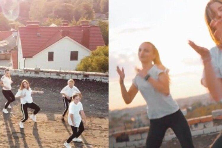 Рівнянки влаштували танці під захід сонця на даху закинутої будівлі університету (відео)