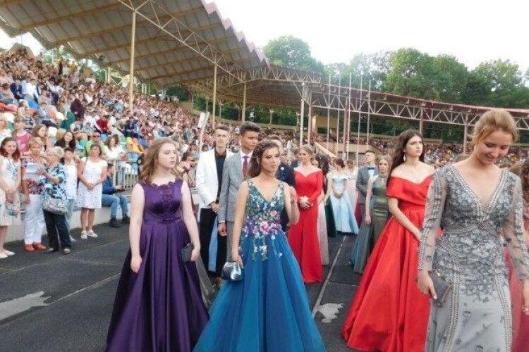 Школярка  відгуляє випускний у сукні зі 100-метровим шлейфом