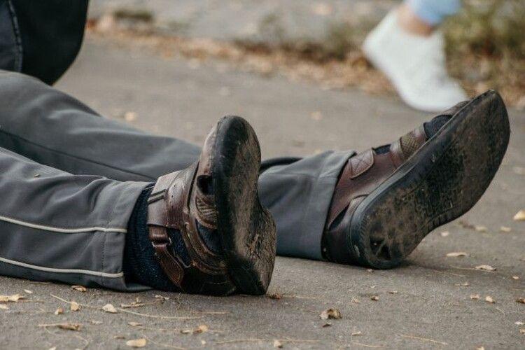 На Рівненщині посеред вулиці помер чоловік